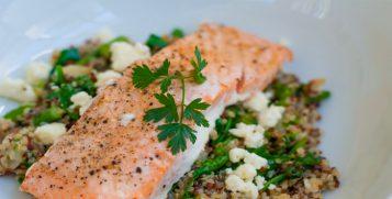 Salmone con quinoa, feta e spinaci